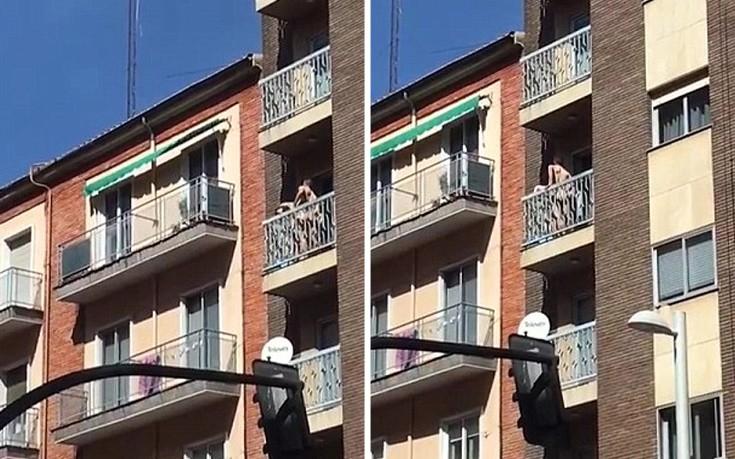 Έκαναν σεξ στο μπαλκόνι και έγιναν είδηση στα κανάλια