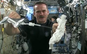 Τι γίνεται όταν στύβεις μια βρεγμένη πετσέτα στο διάστημα