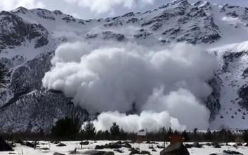 Καρέ καρέ η γιγάντια χιονοστιβάδα που σκότωσε έξι ανθρώπους στη Ρωσία