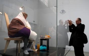 Καλλιτέχνης πέτυχε μετά από τρεις εβδομάδες να κλωσσήσει αυγά κότας