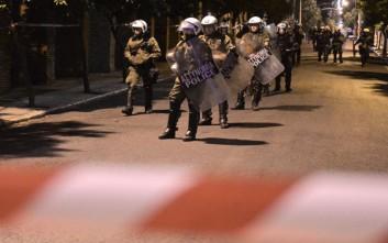 Αλλεπάλληλες επιθέσεις σε διμοιρίες των ΜΑΤ στα Εξάρχεια