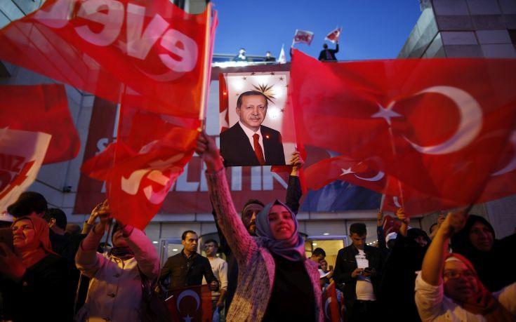 Οριακή η νίκη του Ερντογάν, για νοθεία μιλά η αντιπολίτευση