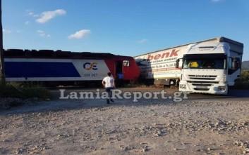Τρένο συγκρούστηκε με νταλίκα στην Κάτω Τιθορέα