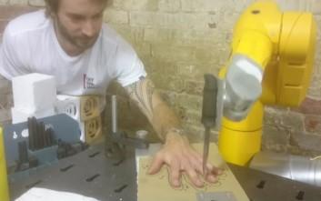 Το ρομπότ που παίζει κορώνα γράμματα το χέρι σου
