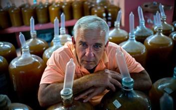 Ο Κουβανός οινοποιός που φοράει προφυλακτικά στα μπουκάλια