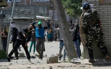 Αιματηρές συγκρούσεις διαδηλωτών και αστυνομίας στο Κασμίρ