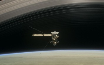 Το Cassini έστειλε τις πρώτες φωτογραφίες μέσα από τους δακτυλίους του Κρόνου