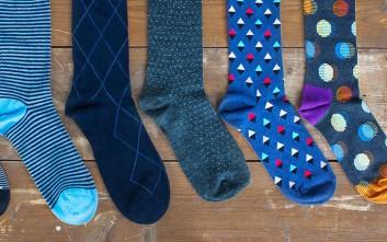 Διώξτε τη σκόνη με ένα ζευγάρι κάλτσες