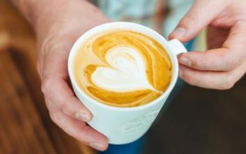 Πώς να κάνετε σχέδια πάνω στον καφέ σας