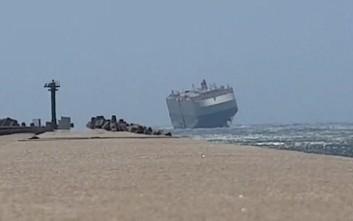 Πλοίο μοιάζει με καρυδότσουφλο στη μανιασμένη θάλασσα