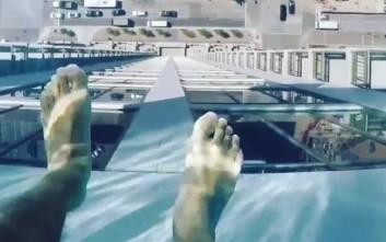 «Διάφανη» πισίνα μόνο για τολμηρούς 152 μέτρα πάνω από το έδαφος