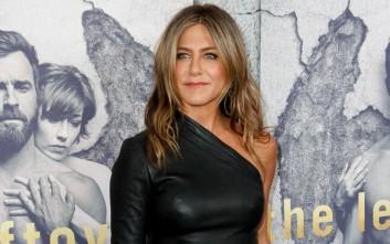 Η Jennifer Aniston με δερμάτινο εφαρμοστό φόρεμα