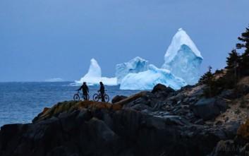 Γιγάντιο παγόβουνο έγινε ατραξιόν σε καναδική πόλη