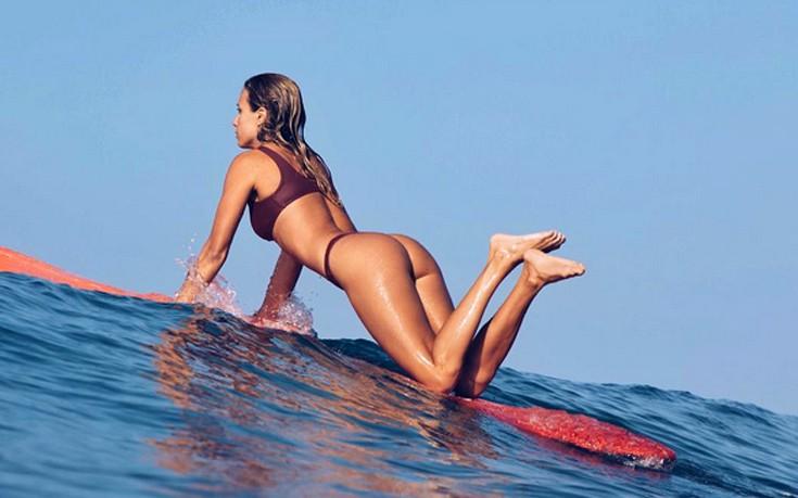 Η ξανθιά που δαμάζει τα κύματα