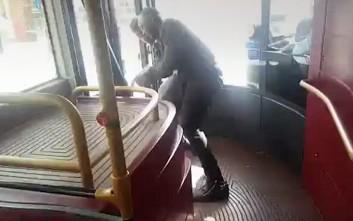 Επιβάτης αφοπλίζει άντρα με μαχαίρι σε λεωφορείο στο Λονδίνο