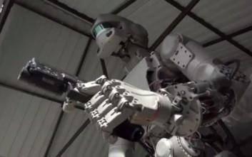 Οι Ρώσοι έφτιαξαν ρομπότ που πυροβολεί με δυο πιστόλια