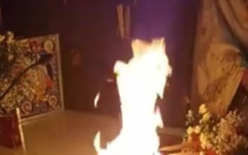 Ιερέας έβαλε φωτιά στην Αγία Τράπεζα για το «Δεύτε Λάβετε Φως»