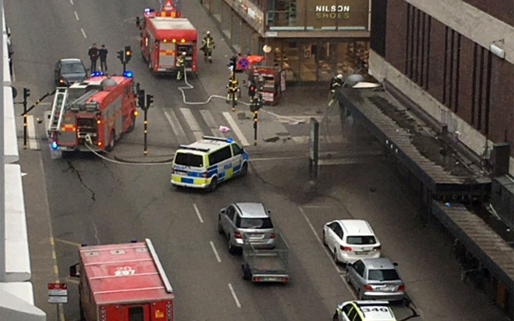 Χιλιάδες Σουηδοί στους δρόμους της Στοκχόλμης κατά της τρομοκρατίας