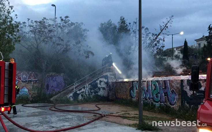 Πυρκαγιά σε εγκαταλελειμμένο βαγόνι στον σταθμό ΗΣΑΠ, στο Θησείο