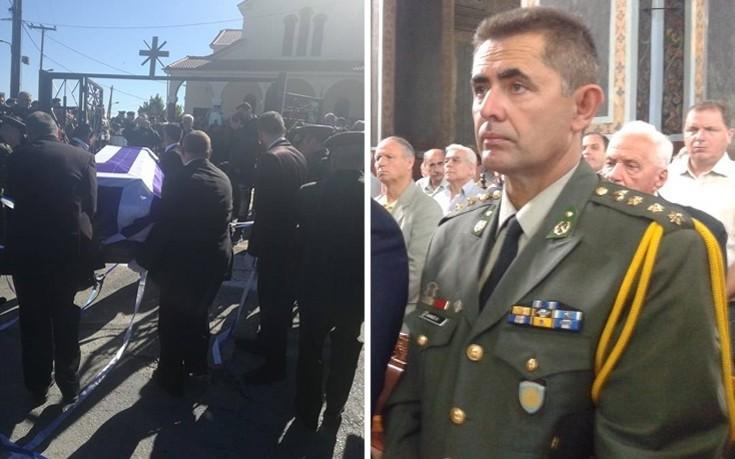Κλίμα οδύνης στην κηδεία του συνταγματάρχη Θωμά Αδάμου στην Καρδίτσα