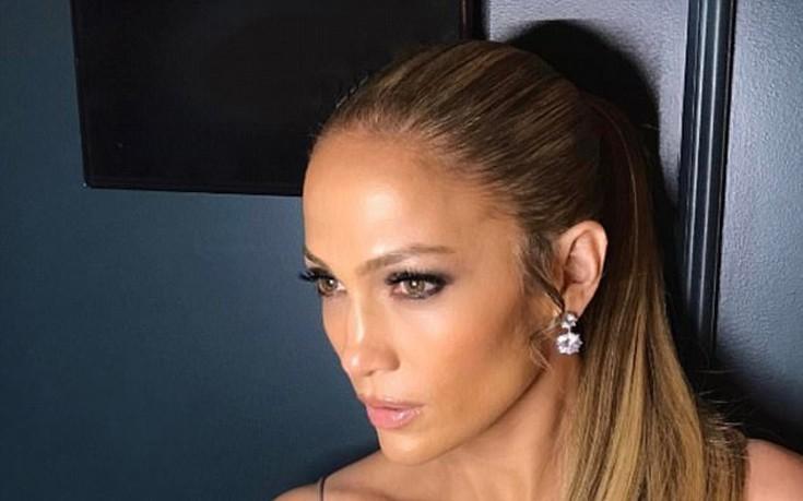 Η Jennifer Lopez με μεταλλικό τοπ και ανοιχτό ντεκολτέ