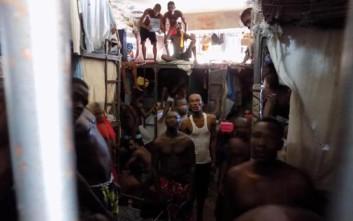 Άνθρωποι στοιβαγμένοι πίσω από τα κάγκελα σε μια φυλακή «κόλαση»