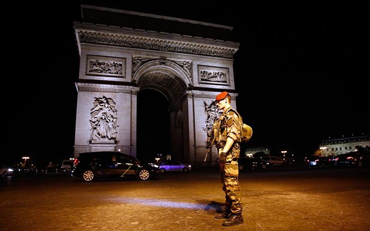 Προηγούμενα με την αστυνομία είχε ο ένοπλος στο Παρίσι