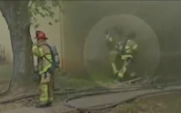 Πυροσβέστης πιάνει μωρό που ρίχτηκε από τον δεύτερο όροφο φλεγόμενου κτιρίου