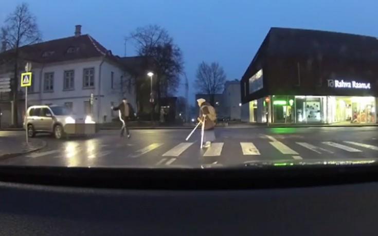 Πήγε να βοηθήσει μια γριούλα να περάσει το δρόμο και τα έκανε χειρότερα