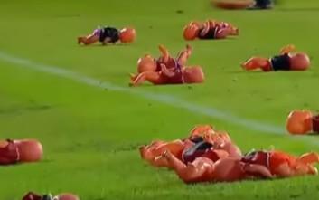 Διακοπή σε ποδοσφαιρικό ματς στην Αργεντινή από... επίθεση με κούκλες!