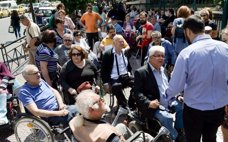 Συμβολική κατάληψη των γραφείων του ΣΥΡΙΖΑ στη Βουλή