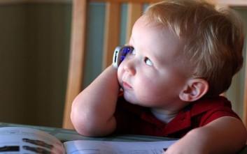 Τα παιδιά έως δύο ετών που παίζουν με κινητά και ταμπλέτες καθυστερούν να μιλήσουν