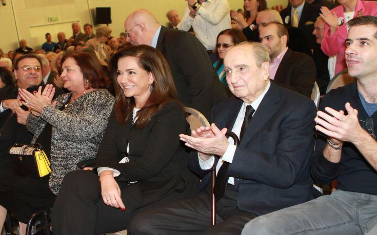 Η Ντόρα Μπακογιάννη αποχαιρετά τον πατέρα της με ένα ριζίτικο