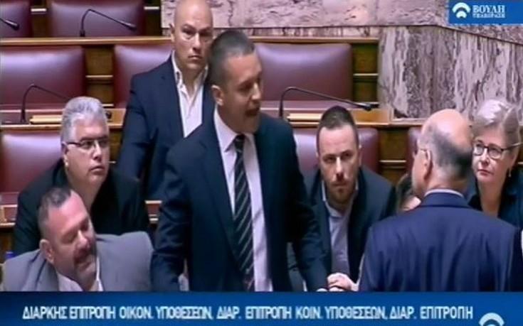 Πανδαιμόνιο στη Βουλή, ο Κασιδιάρης έσπρωξε τον Δένδια