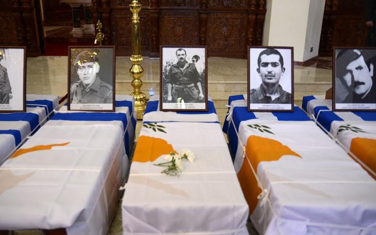 Με τιμές και συγκίνηση αναχώρησαν τα λείψανα πεσόντων της ΕΛΔΥΚ για την Αθήνα