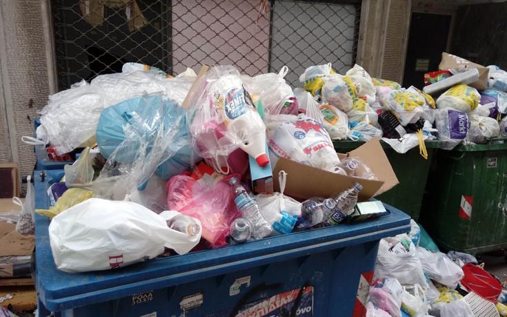 Λόφους σχηματίζουν τα σκουπίδια στη Θεσσαλονίκη