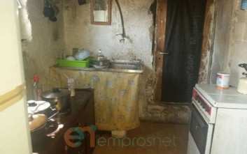 Μητέρα στη Λέσβο ζει με τα μωρά της χωρίς ρεύμα, νερό και φαγητό μέσα σε μια παράγκα