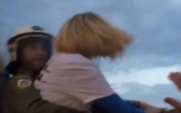 Η Ραχήλ Μακρή με μπλούζα «φρουρά - φρουρά» προσπαθεί να μπει στη Βουλή