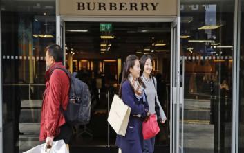 Συγχωνεύει τις διοικητικές υπηρεσίες της η Burberry