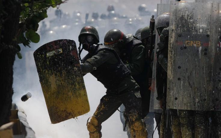 Βόμβες με περιττώματα, το νέο «όπλο» των διαδηλωτών στη Βενεζουέλα