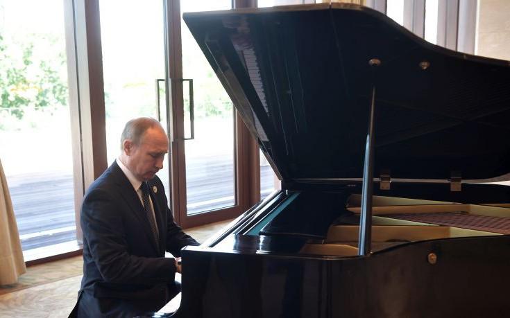 Ο Πούτιν έπαιξε πιάνο περιμένοντας τον Κινέζο πρόεδρο