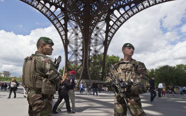 Έρευνα για τρομοκρατία σχετικά με το περιστατικό στον Πύργο του Άιφελ