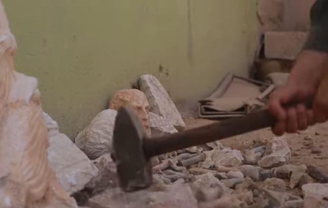 Μαχητές του ISIS κατέστρεψαν με βαριοπούλες αρχαιότητες στη Συρία