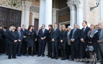 Η οικογένεια αποχαιρετά τον Κωνσταντίνο Μητσοτάκη στη Μητρόπολη Αθηνών