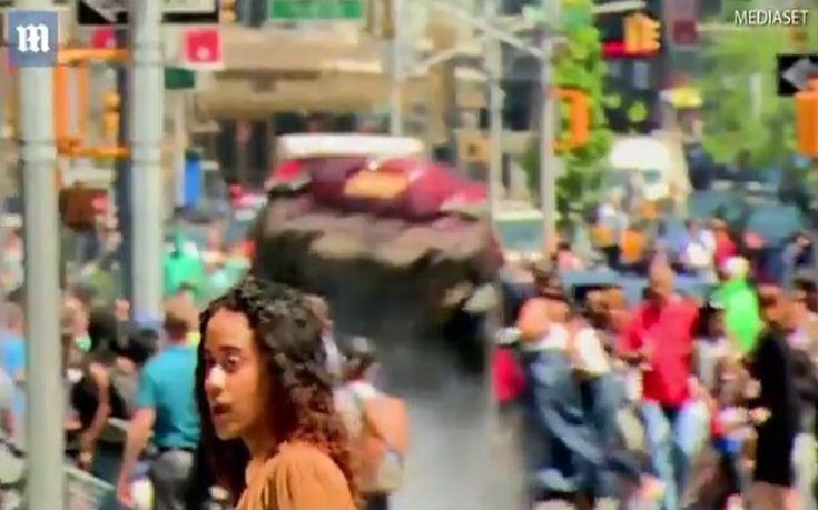 Η στιγμή που το αυτοκίνητο πέφτει πάνω στο πλήθος στην Times Square