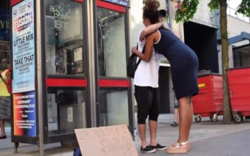 Οι αγκαλιές κερδίζουν το μίσος και την προκατάληψη στο Μάντσεστερ