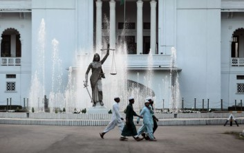 Γλυπτό της Θέμιδας απομακρύνεται από δικαστήριο του Μπαγκλαντές λόγω καταγγελιών για ειδωλολατρία
