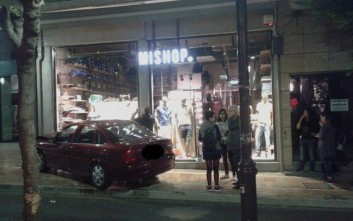 Αυτοκίνητο εισέβαλε σε κατάστημα έπειτα από σύγκρουση με άλλο αυτοκίνητο