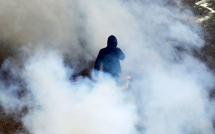 Μολότοφ, δακρυγόνα και συγκρούσεις έξω από τη Βουλή σε ένα 4λεπτο βίντεο