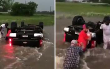 Μοτοσικλετιστές έσωσαν δύο παιδάκια από τα ορμητικά νερά